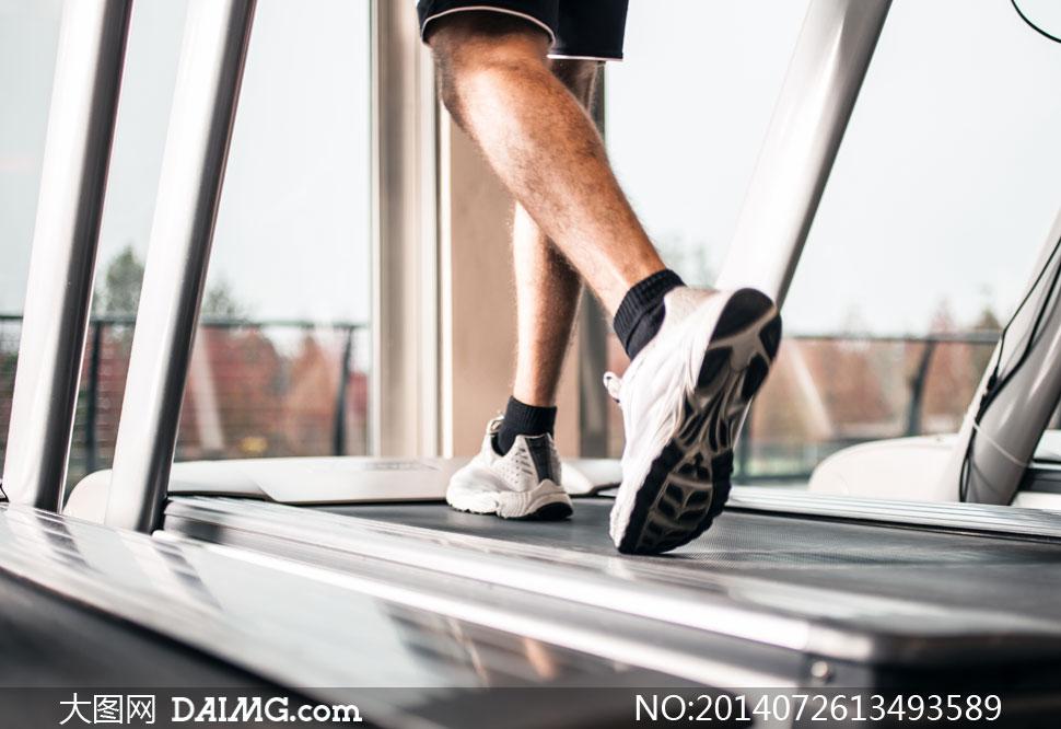 在跑步机上的男子局部摄影高清图片
