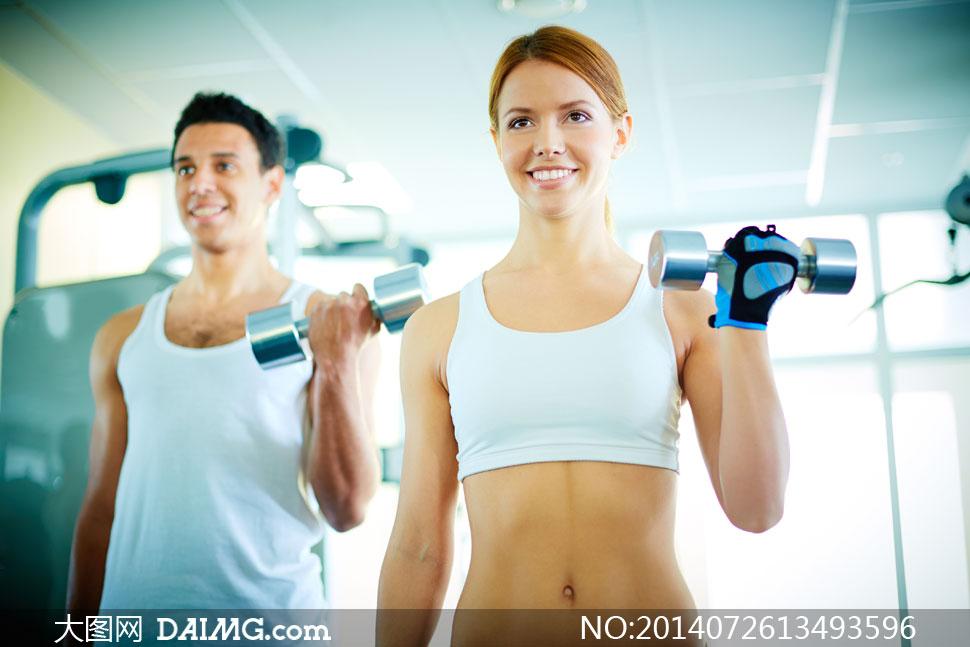 训练锻炼健身房哑铃笑容开心白色文胸男人男性男子