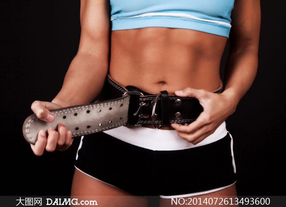 松开腰带的运动装美女摄影高清图片