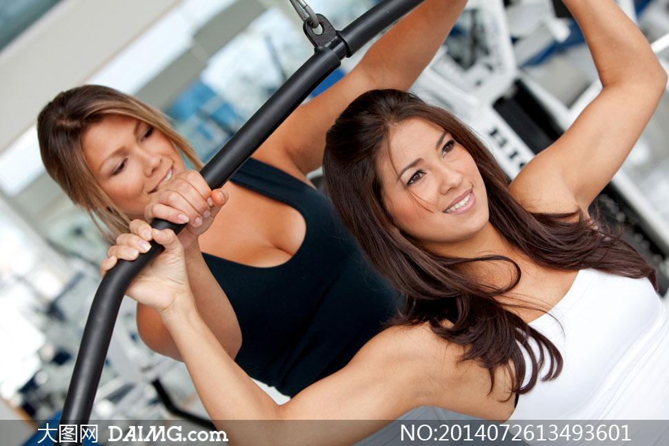 美女女人女性健身训练锻炼长发拉伸臂部黑色白色横杠