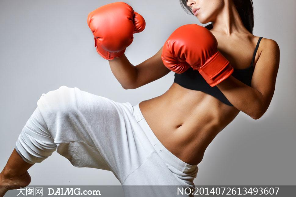 亮出招式的美女拳击手摄影高清图片