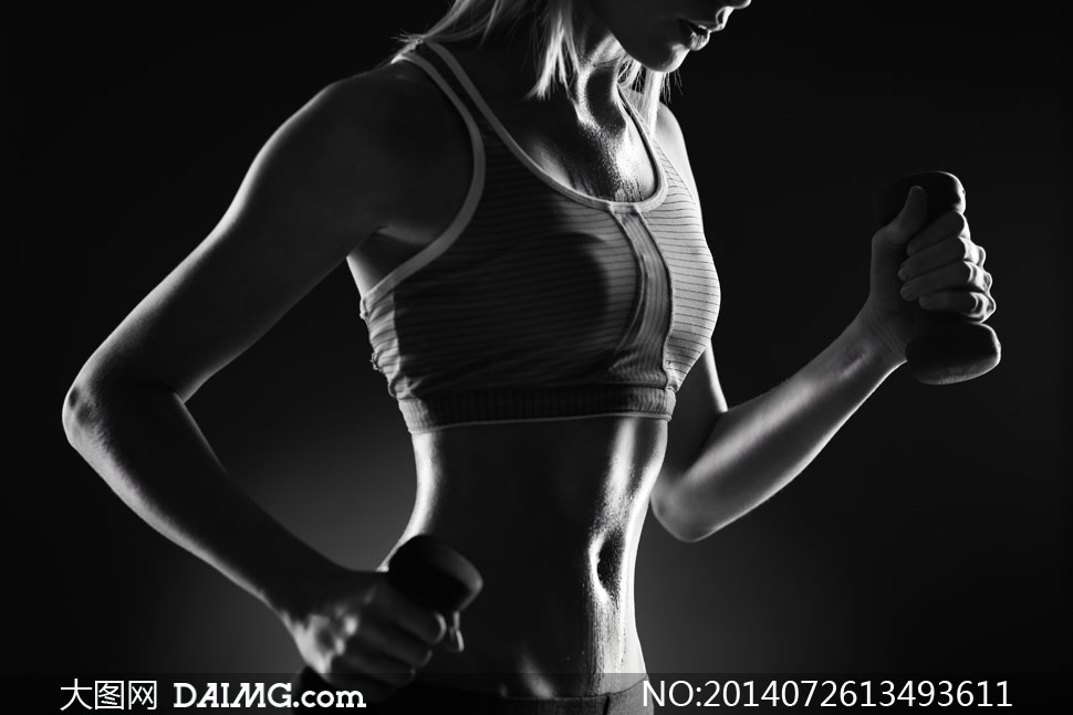 做健身锻炼的美女黑白摄影高清图片