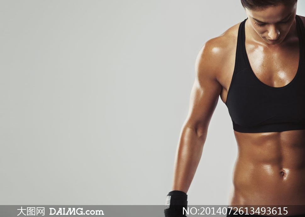 低着头的健身美女特写摄影高清图片