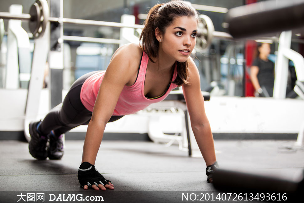 人物体育运动美女女人女性健身训练锻炼背心俯卧撑手脚撑地手套健身房