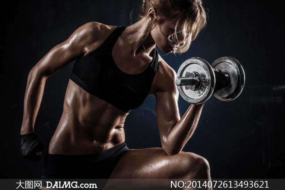 用哑铃锻炼肌肉的美女摄影高清图片