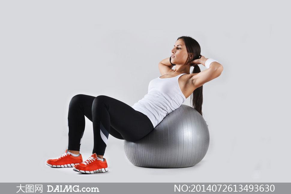 健身_后背压迫健身球的美女摄影高清图片