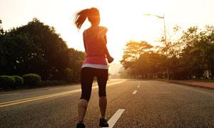 公路上跑步的美女背影摄影高清图片