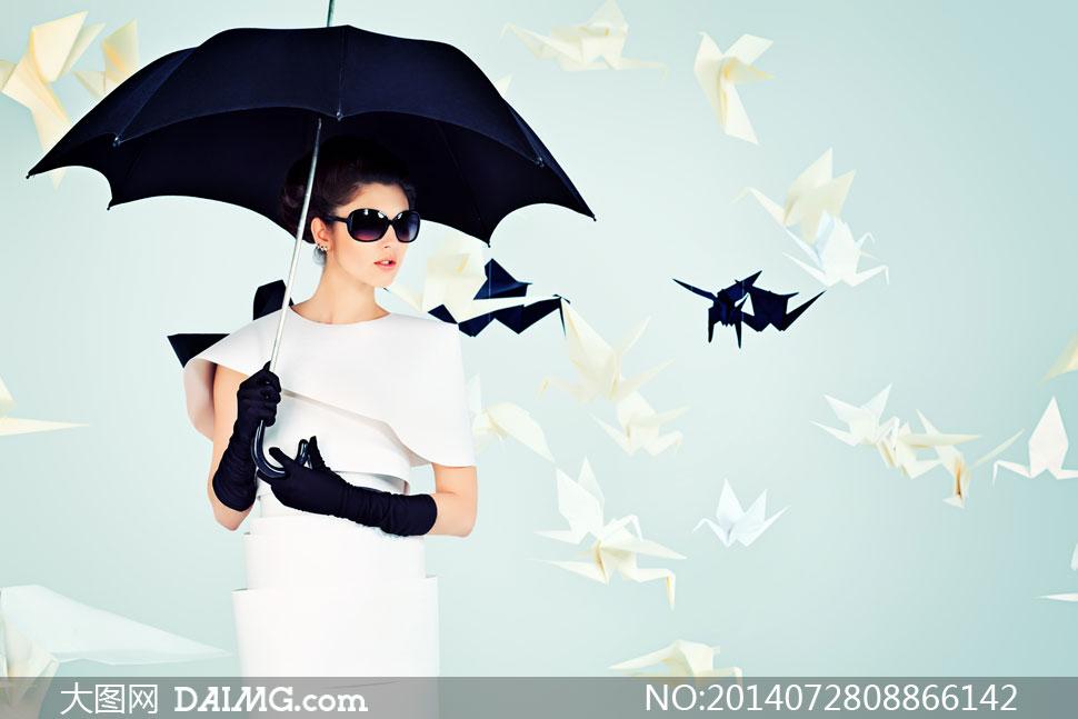 撑着伞戴着墨镜的美女摄影高清图片
