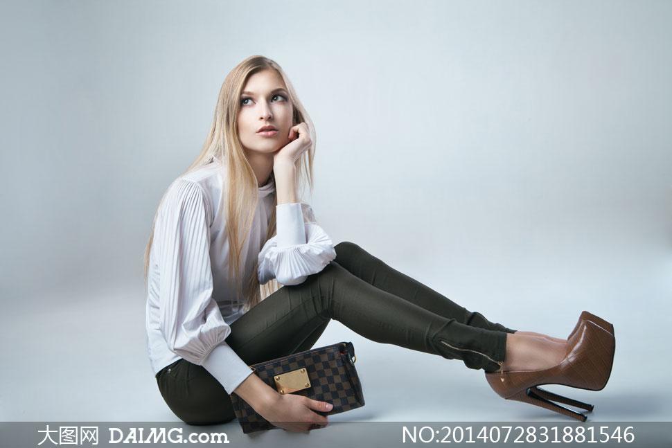 拿着钱包的高跟鞋美女摄影高清图片