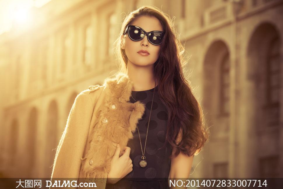 美女用手掰逼套图-色图色小说_半披着外套的墨镜美女摄影高清图片