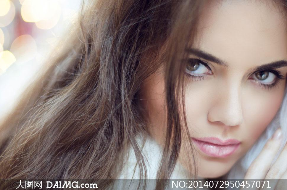 淡妆长发美女人物近景摄影高清图片