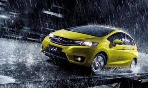 暴雨中的本田飞度汽车设计图片素材
