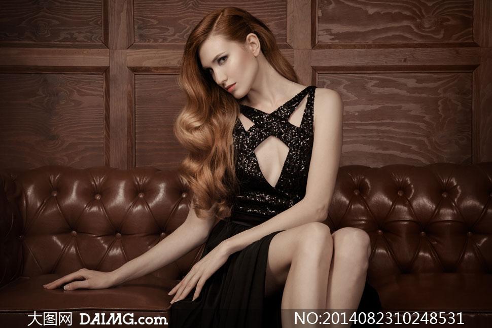 坐沙发上的侧偏发美女摄影高清图片