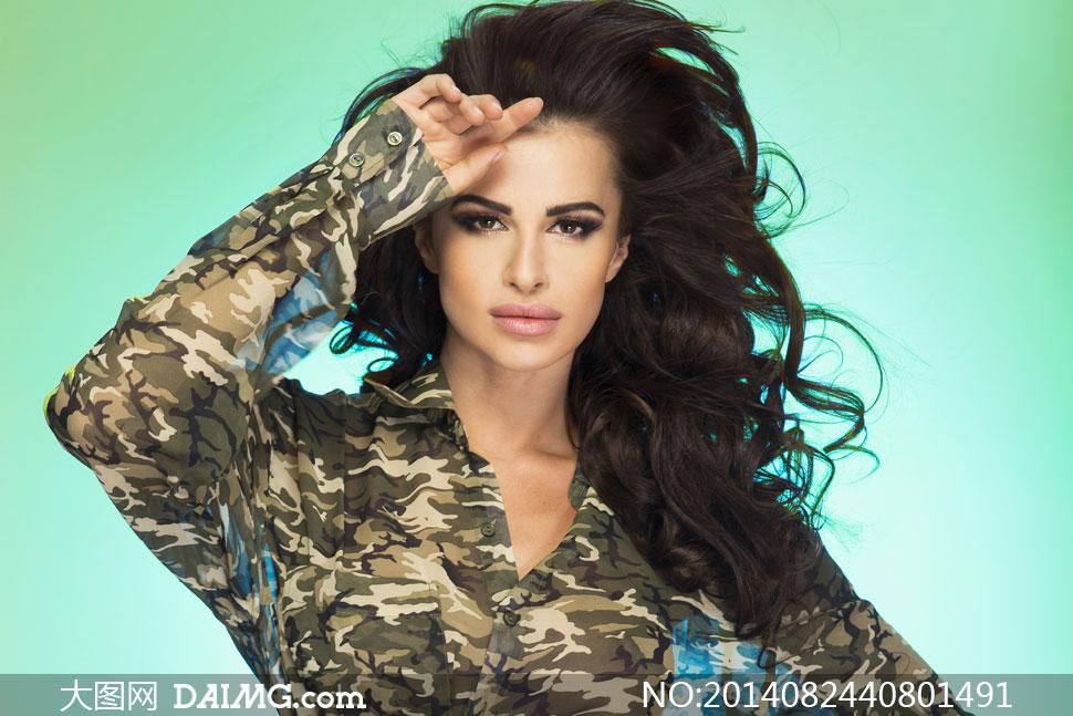 穿迷彩衬衫的图片美女v衬衫长发美女-大图网设的高清流忙图片