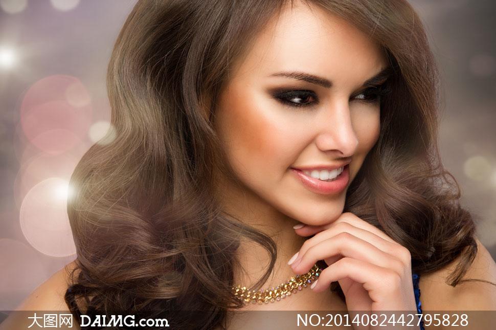面带着笑容的卷发美女摄影高清图片