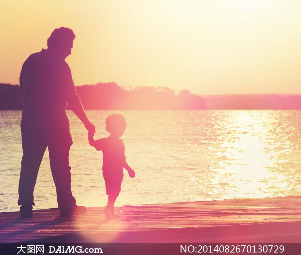 牵着孩子散步的父亲摄影高清图片