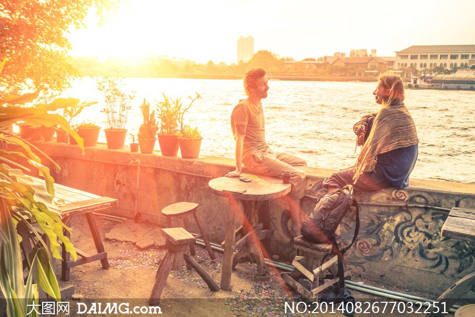 聊天的两个人逆光摄影高清图片