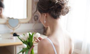 手里拿着郁金香的美女摄影高清图片