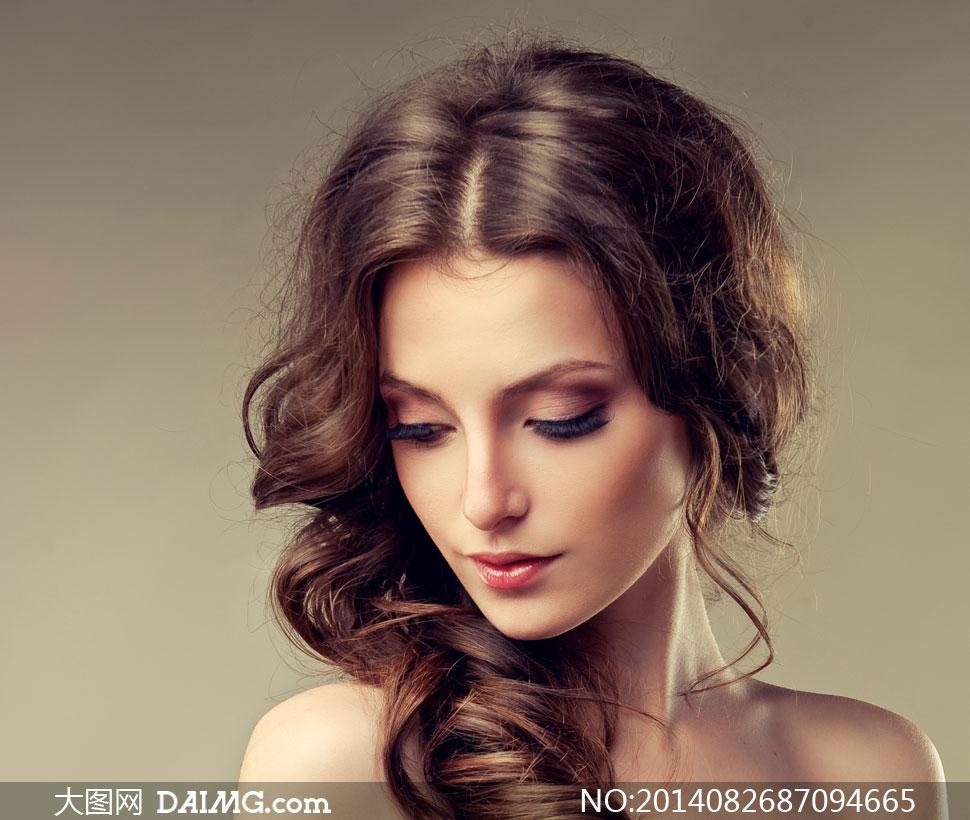 女性模特发型头发秀发长发卷发美妆妆容化妆唇妆眼妆露肩裸肩中分低头