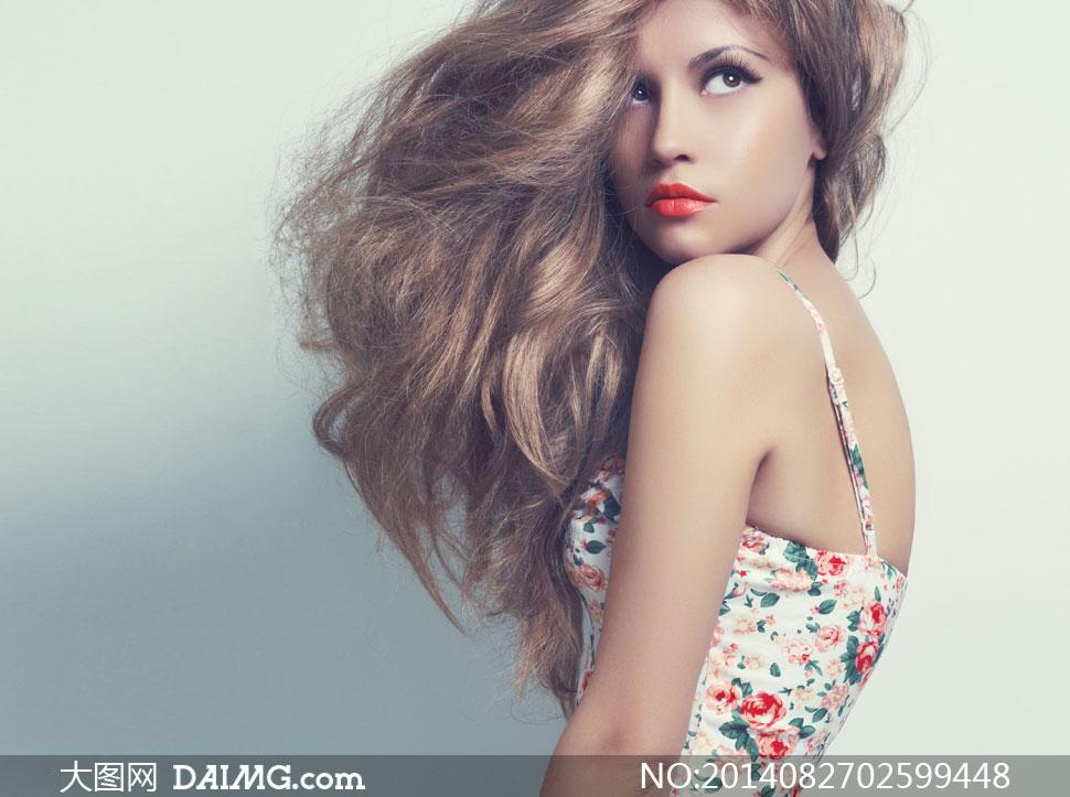 模特眼妆化妆妆容美妆唇妆红唇扭头回头吊带小碎花长发秀发卷发侧偏发