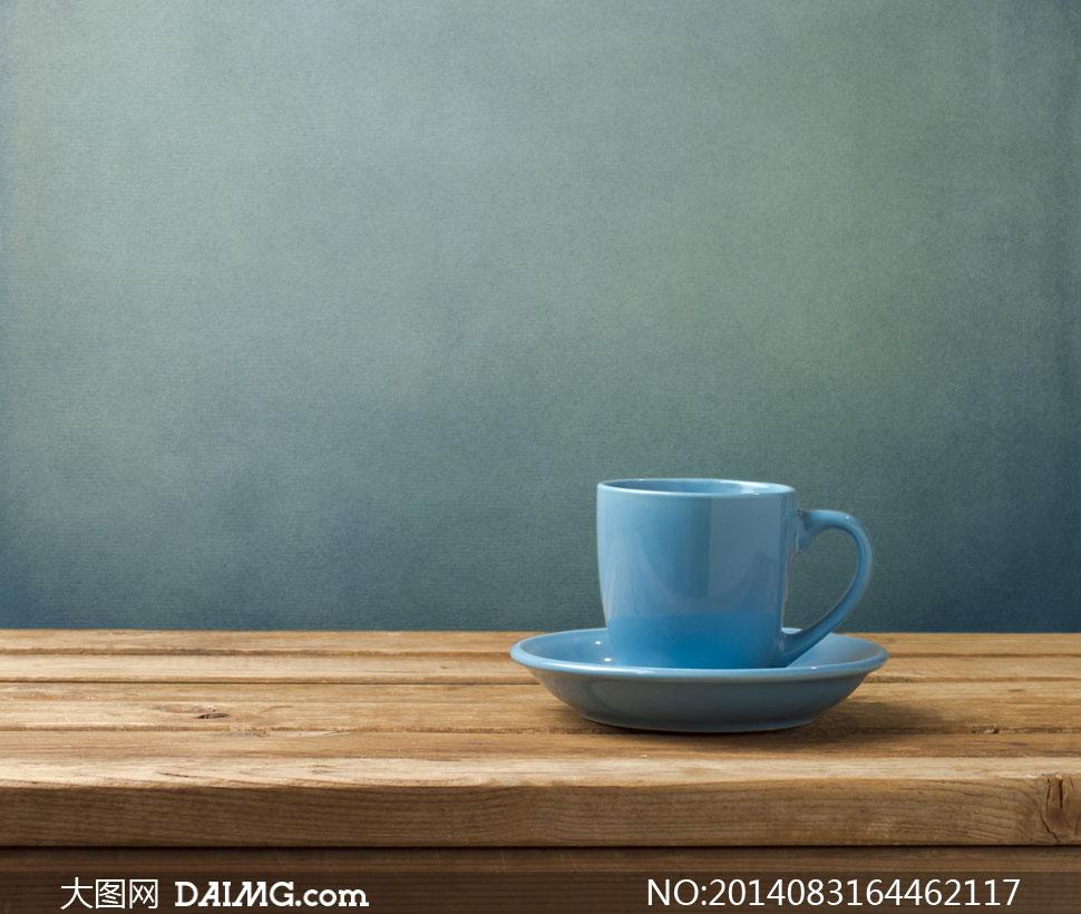 放在桌子上的马克杯子摄影高清图片