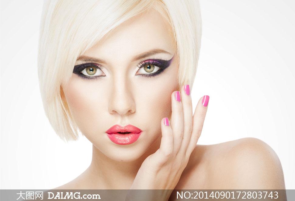 短发露肩浓妆美女模特摄影高清图片