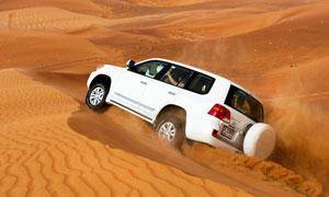 全力穿越大沙漠的汽车摄影高清图片
