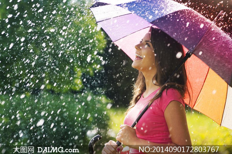 在雨中撑着雨伞的美女摄影高清图片