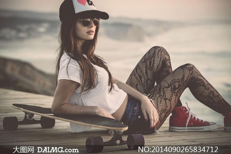 美女裸体搞记图片_滑板与戴着墨镜的美女摄影高清图片