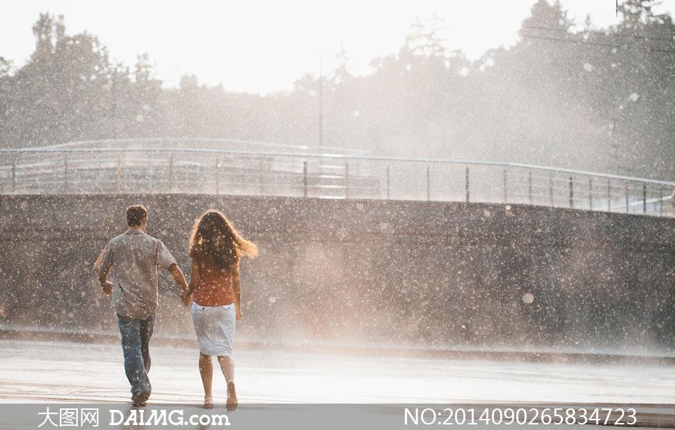 男人男性手牵手手拉手护栏背影雨中下雨男女树木朦胧