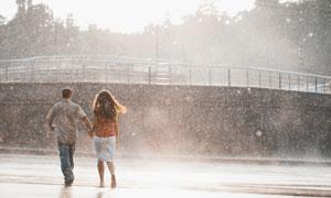 行走在雨中的情侣人物摄影高清图片