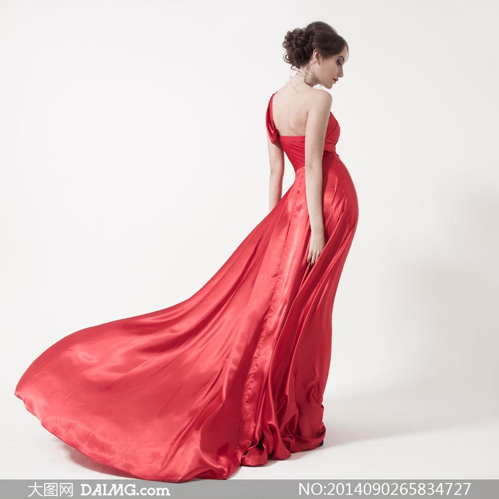 露肩抹胸裹胸红色裙装长裙裙子侧面背影背后妆容美妆