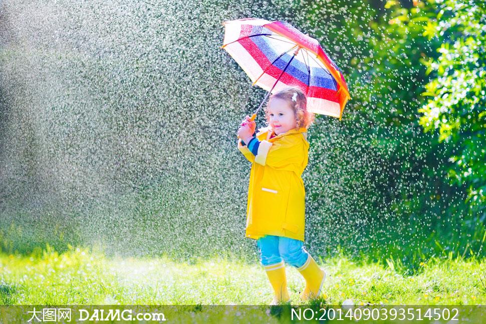 雨中打着雨伞的小女孩摄影高清图片