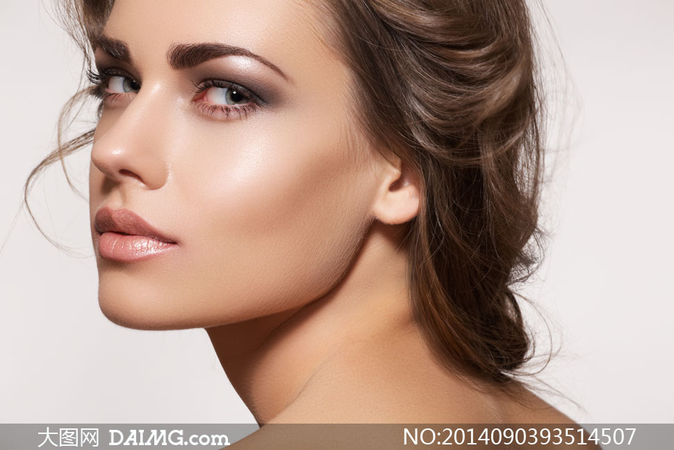 扭头回望妆容美女模特摄影高清图片 大图网设