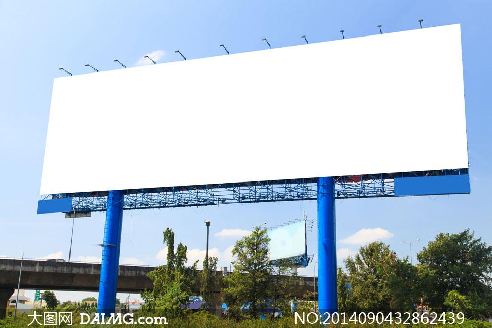 蓝天白云与空白广告牌设计高清图片