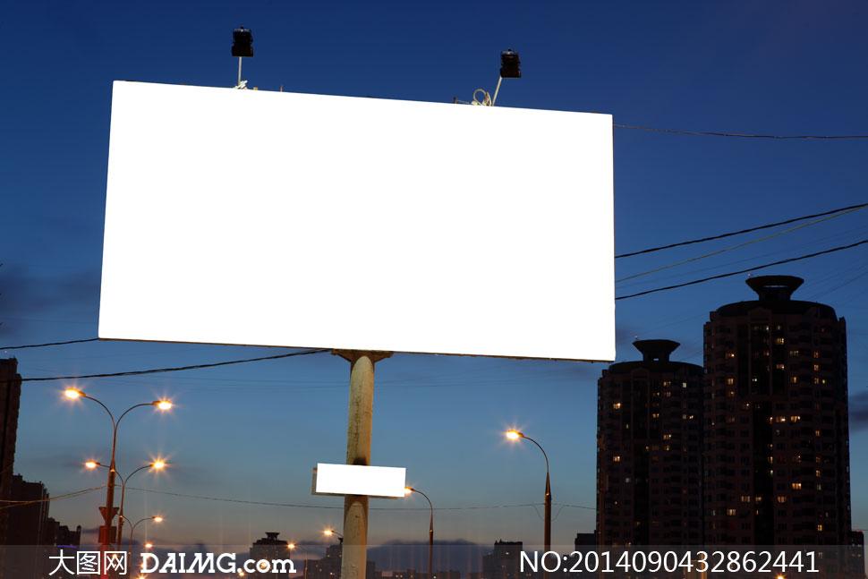 户外广告牌与夜晚路灯建筑高清图片