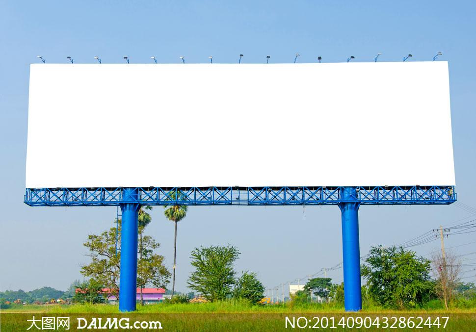 蓝天树木草地与空白广告牌高清图片