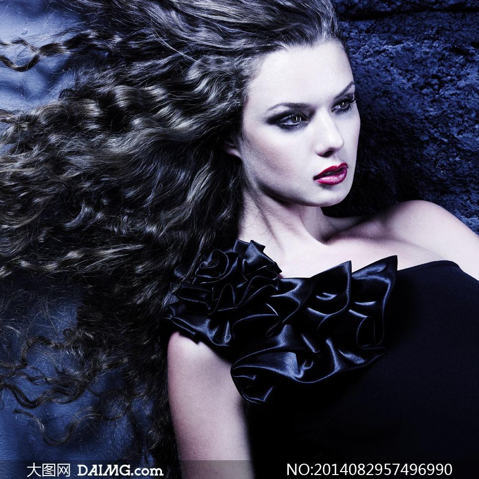 斜肩装扮黑发红唇美女摄影高清图片