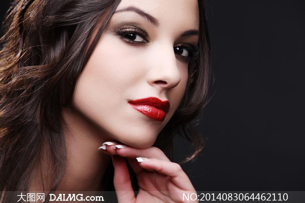 手抵在下巴的红唇美女摄影高清图片