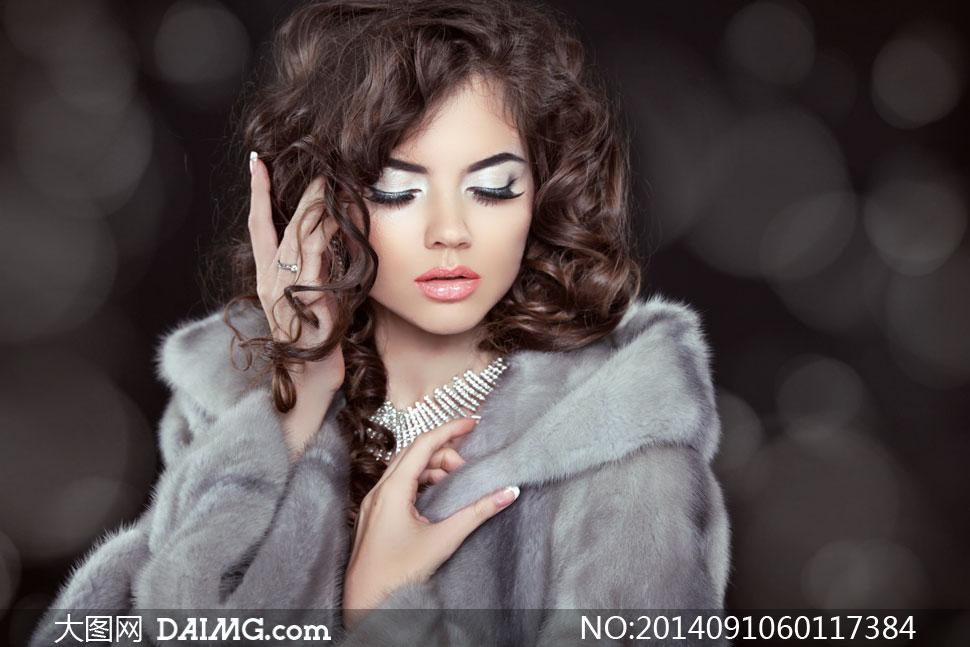 浓妆眼妆卷发美女人物摄影高清图片
