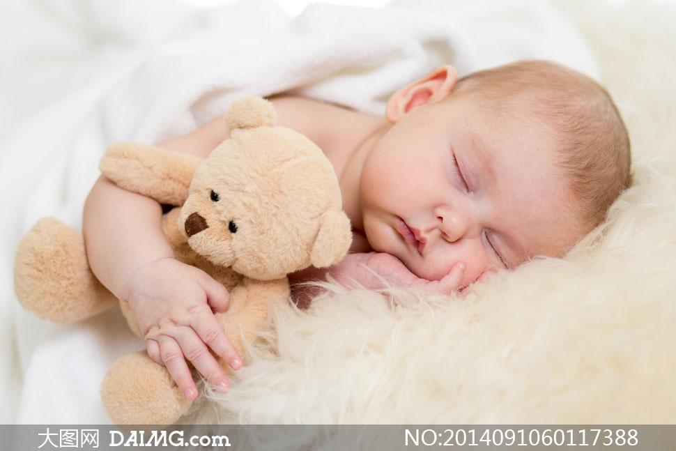 抱着玩具熊入眠的宝宝摄影高清图片