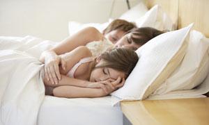 挤在一起睡着的一家人摄影高清图片