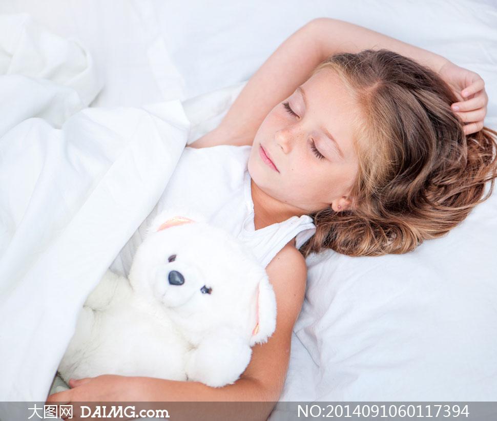 小女孩睡眠梦乡入梦睡觉睡着熟睡白色枕头玩具熊小熊