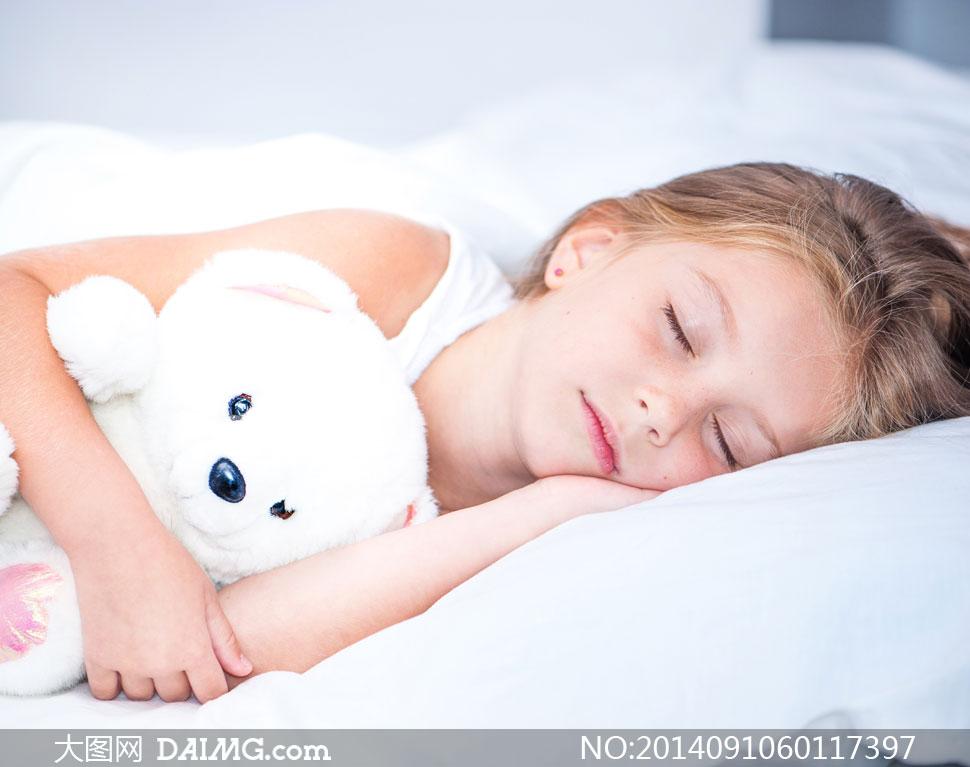 小女孩睡眠梦乡入梦睡觉睡着熟睡白色枕头小熊玩具熊