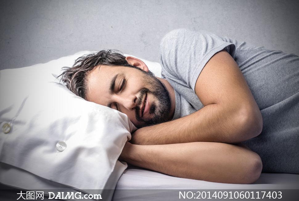 男人男子男性睡眠梦乡入梦睡觉睡着熟睡侧躺枕头白色