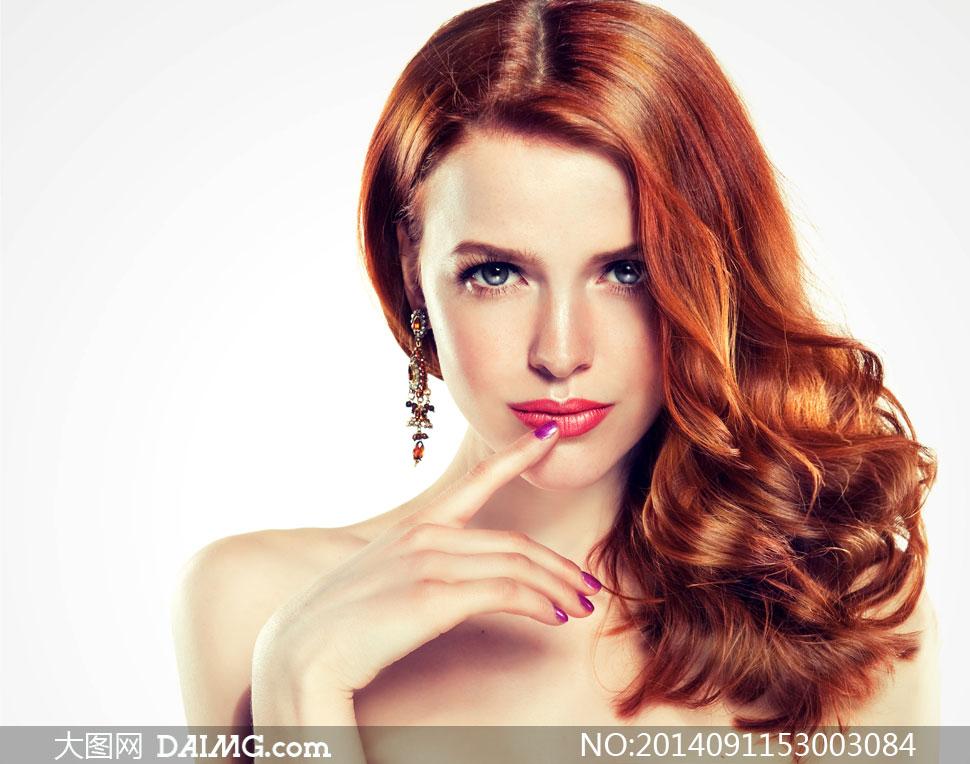 手抵着嘴唇的美女模特摄影高清图片
