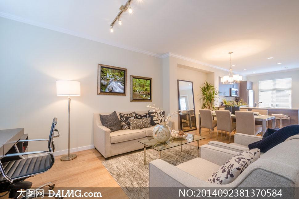客厅家具与墙纸和木地板搭配