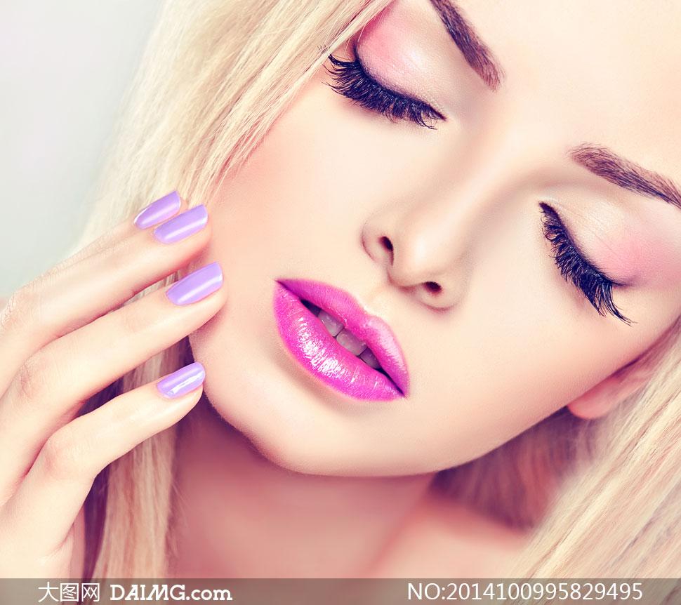 人物美女女人女性模特化妆妆容美妆眼妆唇妆紫色美甲指甲假睫毛近景