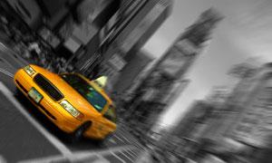 穿梭于城市街道中的出租车高清图片