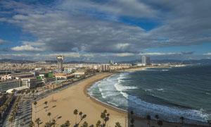 云层笼罩下的海边城市摄影高清图片